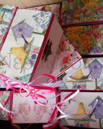 Ξύλινα κουτιά με λουλούδια, πουλιά και σπιτάκια